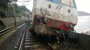 Immagini del treno deragliato a picco sul mare e fai trasporto di un ferito.