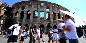 Turisti a Roma.         ANSA / ETTORE FERRARI / FRR