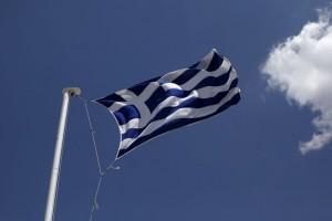 La bandiera nazionale greca sventola su un palazzo ad Atene