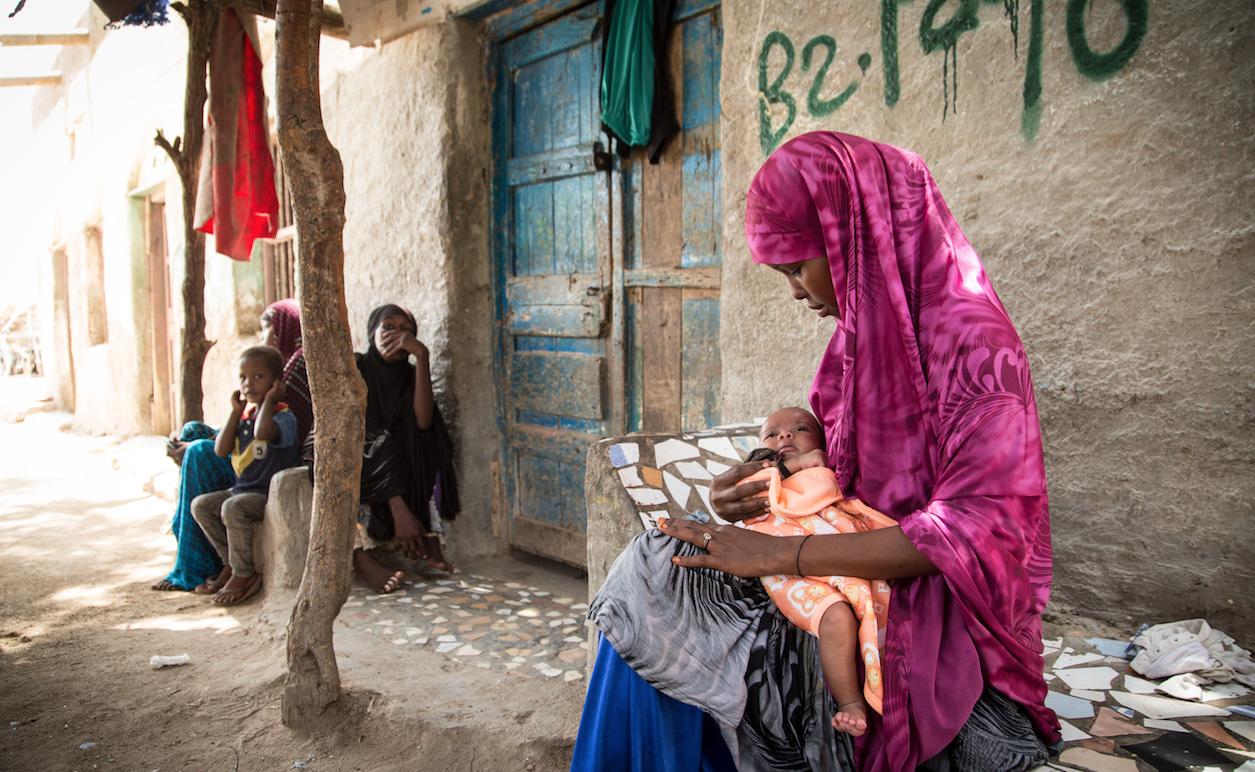 Una ragazza scappata da un marito più grande di lei di 30 anni, con il suo bambino in Somalia. Credits: Colin Crowley per Save the Children